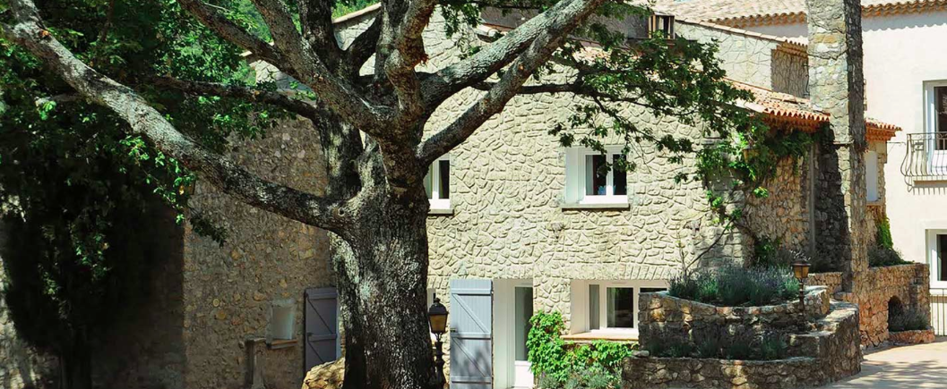 Séjourner au château de l'Escarelle pour découvrir le vin rouge de Provence